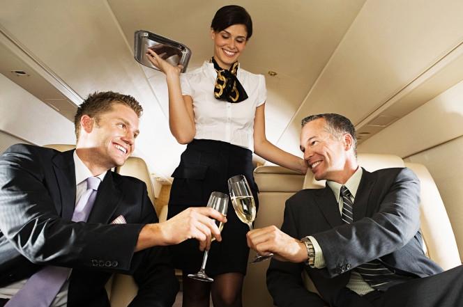 Mặt trái của nghề tiếp viên hàng không: Những cuộc phiêu lưu tình ái vụng trộm với cả khách VIP và phi công - Ảnh 2.
