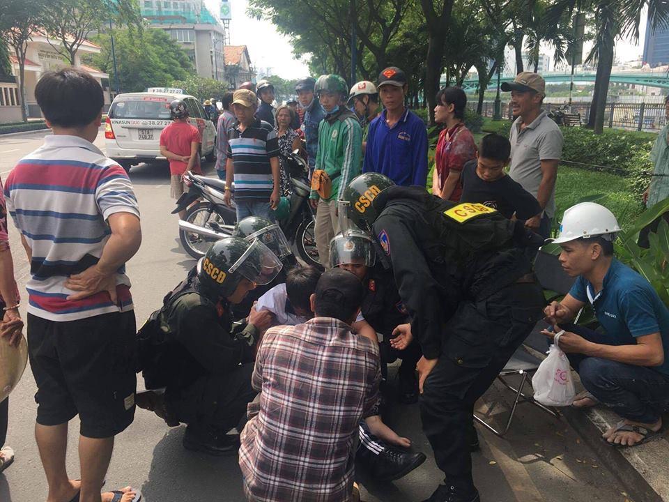 Clip cảnh sát cơ động thúc gối vào bụng nam sinh giữa đường phố Sài Gòn gây bức xúc - Ảnh 4.