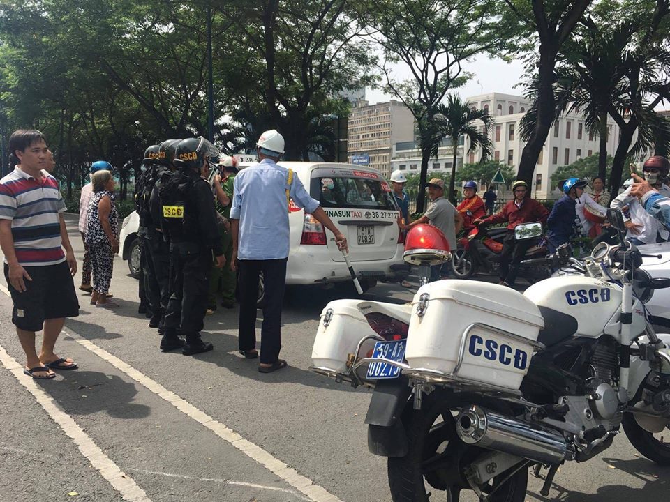 Clip cảnh sát cơ động thúc gối vào bụng nam sinh giữa đường phố Sài Gòn gây bức xúc - Ảnh 5.