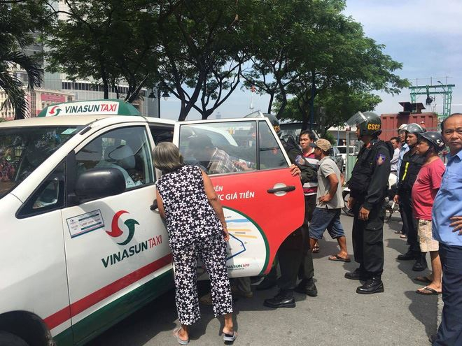 Tạm đình chỉ Cảnh sát cơ động dùng chân lên gối nam sinh giữa đường phố Sài Gòn - Ảnh 2.