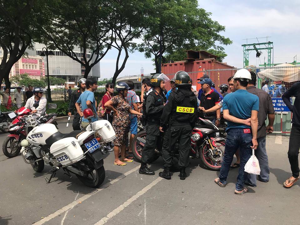 Tạm đình chỉ Cảnh sát cơ động dùng chân lên gối nam sinh giữa đường phố Sài Gòn - Ảnh 1.