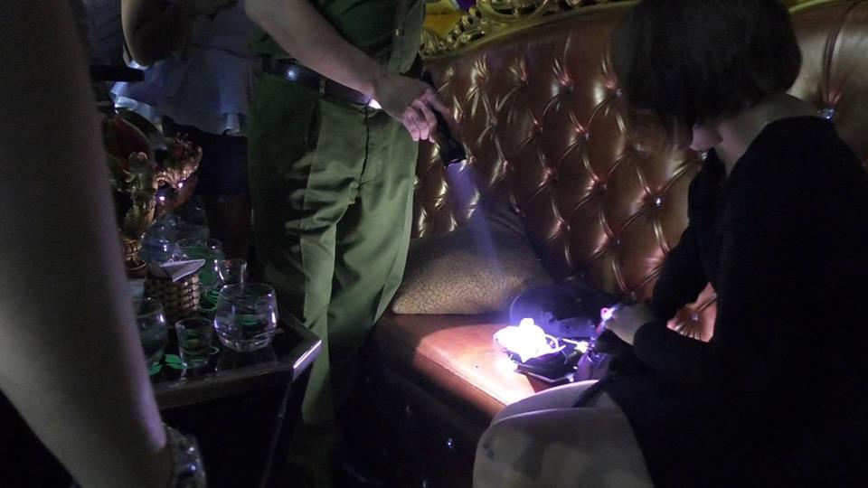 Đột kích 3 quán bar nổi tiếng ở trung tâm Sài Gòn, phát hiện nhiều dân chơi nghi sử dụng ma tuý - Ảnh 3.