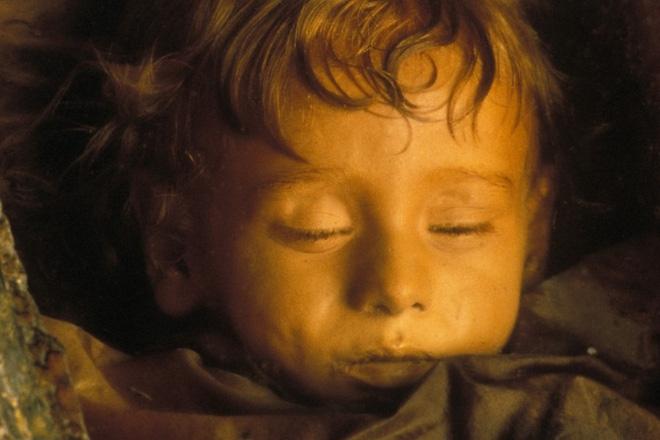 Bí ẩn xác ướp bé gái xinh xắn, trăm năm tuổi vẫn còn chớp mắt như đang ngủ - Ảnh 1.