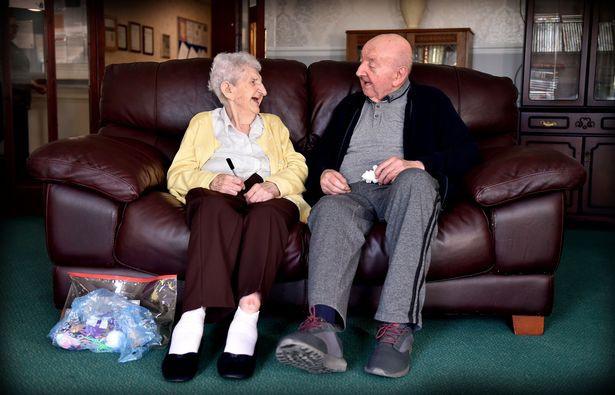 Mẹ già trăm tuổi dọn vào viện dưỡng lão để chăm sóc con trai 80 tuổi: Làm mẹ là một việc không bao giờ ngừng! - Ảnh 2.