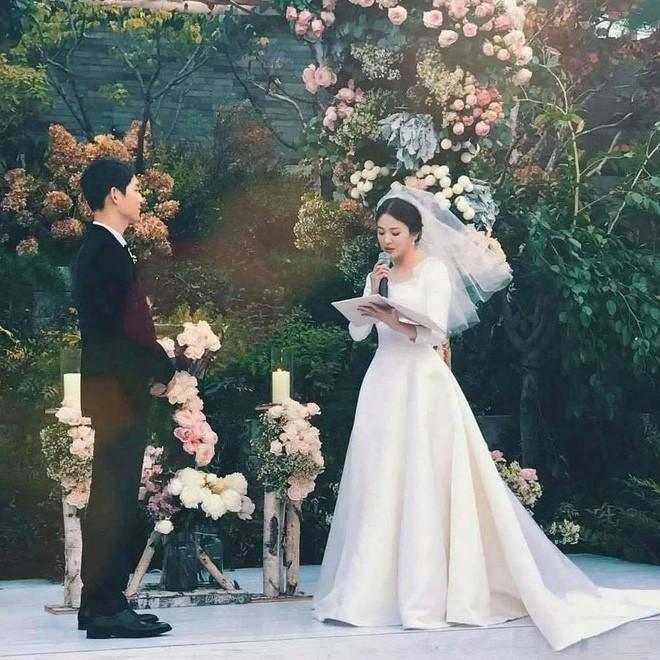 Tuy đơn giản, nhưng trang phục cưới của cặp đôi Song - Song có giá lên tới hơn 3 tỷ đồng - Ảnh 1.
