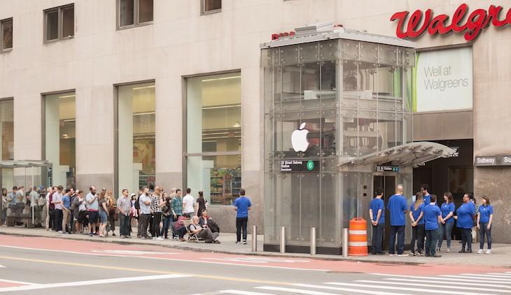 photo 1 1509597076559 Mỹ: Hàng chục người xếp hàng mua iPhone X tại Apple Store giả được dựng lên cho vui