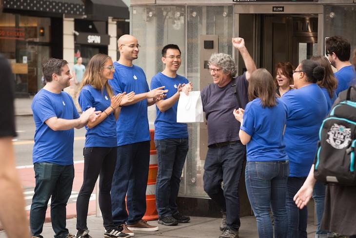 photo 1 1509597079900 Mỹ: Hàng chục người xếp hàng mua iPhone X tại Apple Store giả được dựng lên cho vui