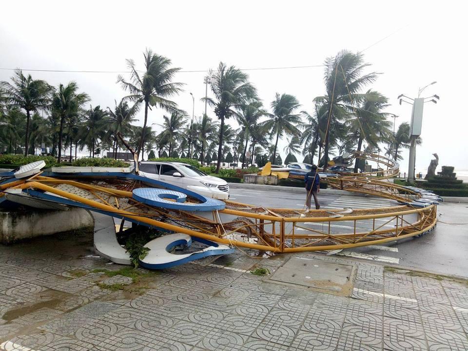 Ảnh hưởng bão số 12, Đà Nẵng đổ sập cổng chào, nhiều cây xanh bật gốc chắn ngang đường - Ảnh 1.