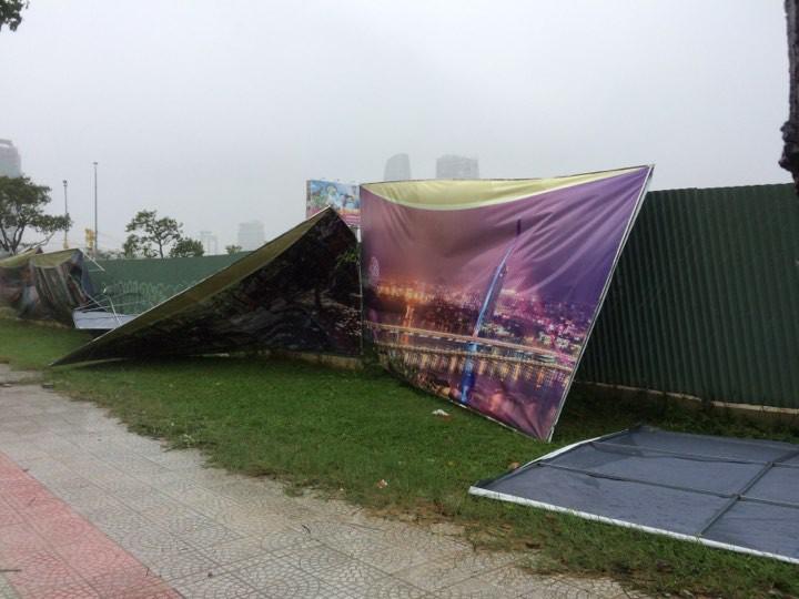 Ảnh hưởng bão số 12, Đà Nẵng đổ sập cổng chào, nhiều cây xanh bật gốc chắn ngang đường - Ảnh 4.