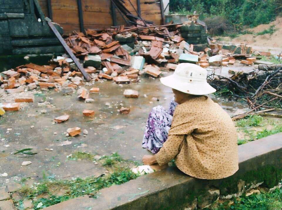 Bức ảnh khiến nhiều người xót xa: Cụ bà neo đơn ngồi thất thần trước căn nhà bị đổ sập ở Phú Yên sau cơn bão số 12