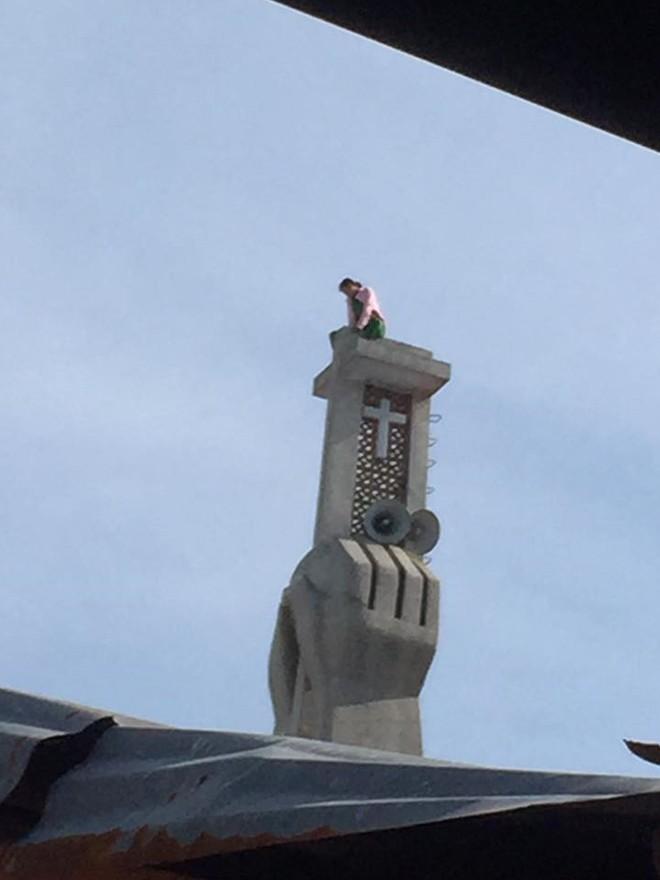 Cần Thơ: Cô gái trèo lên tháp chuông nhà thờ 2 ngày không thèm... xuống! - Ảnh 2.