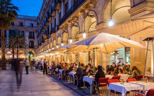 Lối sống kỳ lạ của người Tây Ban Nha: Ngủ trưa 'đẫy mắt' đến 5h chiều, bữa tối lúc nửa đêm, tận hưởng cuộc sống với tuổi thọ hàng đầu thế giới! - Ảnh 1.