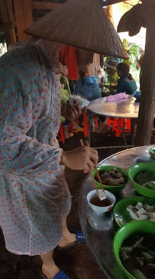 Bi hài ngày mưa lũ: Đang ăn cơm thì nước tràn ngập mâm, một nhà có điện cả làng được nhờ sạc điện thoại - Ảnh 2.