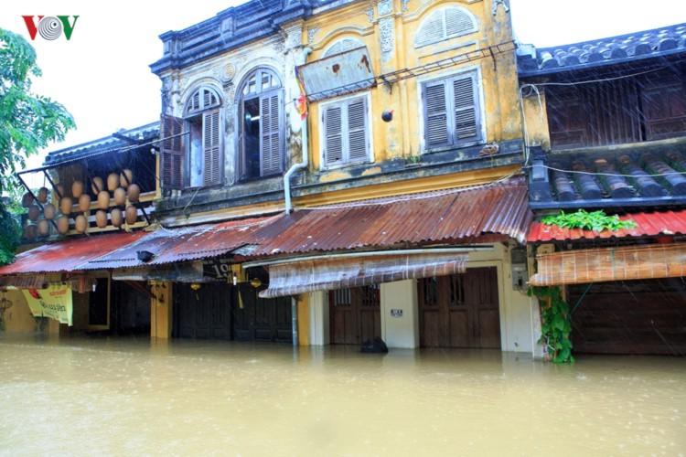 Ảnh: Cuộc sống của người dân Quảng Nam đảo lộn vì mưa lũ - Ảnh 2.
