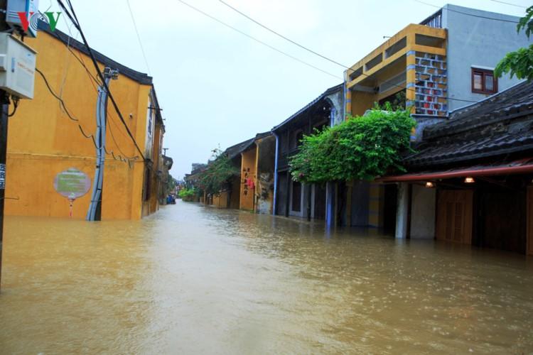 Ảnh: Cuộc sống của người dân Quảng Nam đảo lộn vì mưa lũ - Ảnh 3.