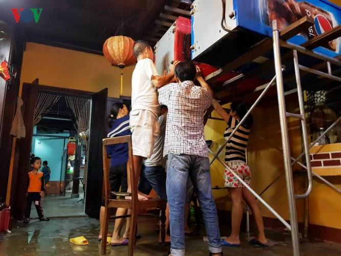 Ảnh: Cuộc sống của người dân Quảng Nam đảo lộn vì mưa lũ - Ảnh 4.