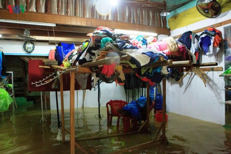Ảnh: Cuộc sống của người dân Quảng Nam đảo lộn vì mưa lũ - Ảnh 5.