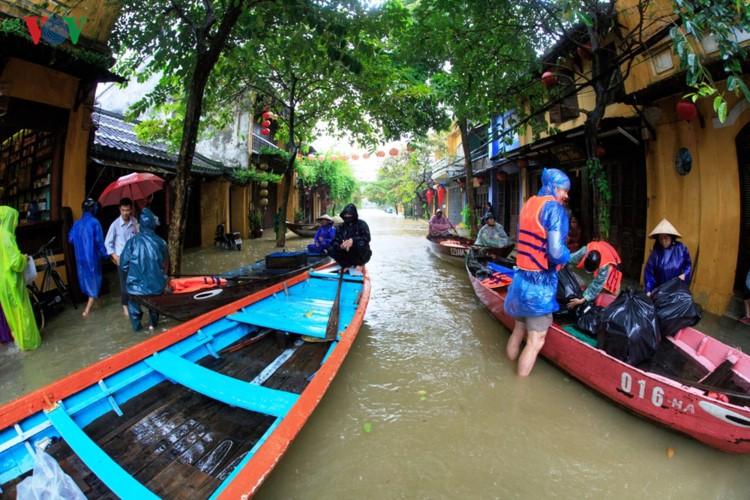 Ảnh: Cuộc sống của người dân Quảng Nam đảo lộn vì mưa lũ - Ảnh 6.