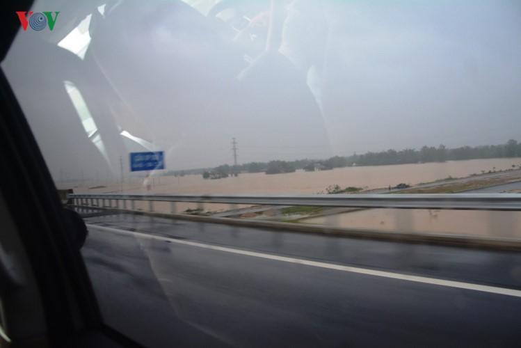 Ảnh: Cuộc sống của người dân Quảng Nam đảo lộn vì mưa lũ - Ảnh 9.