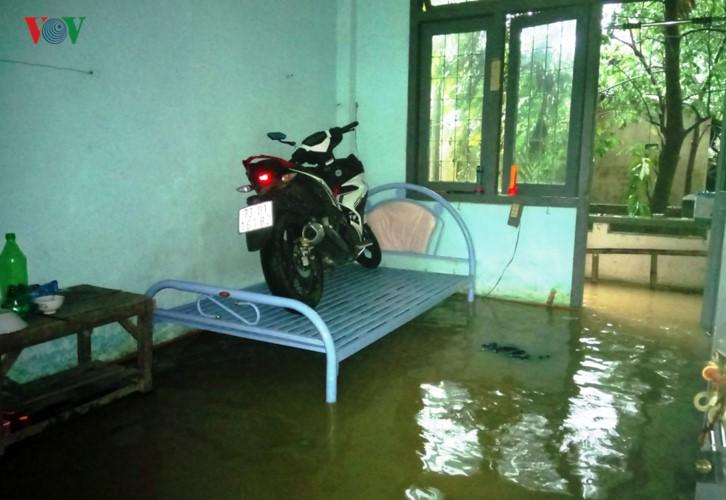 Ảnh: Cuộc sống của người dân Quảng Nam đảo lộn vì mưa lũ - Ảnh 10.
