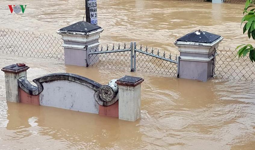 Ảnh: Cuộc sống của người dân Quảng Nam đảo lộn vì mưa lũ - Ảnh 12.