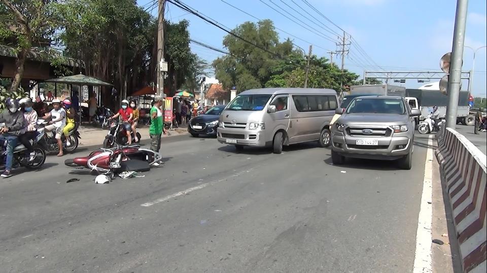 Bình Dương: Bé trai vặn ga xe máy khi đang dừng đèn đỏ, hai mẹ con bị ô tô tông văng hơn 10m - Ảnh 2.