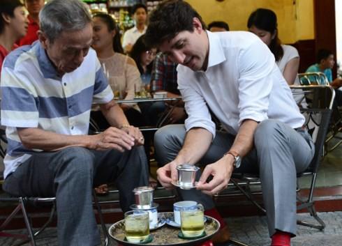Thủ tướng Canada ngồi vỉa hè, uống cà phê phin Sài Gòn - Ảnh 1.