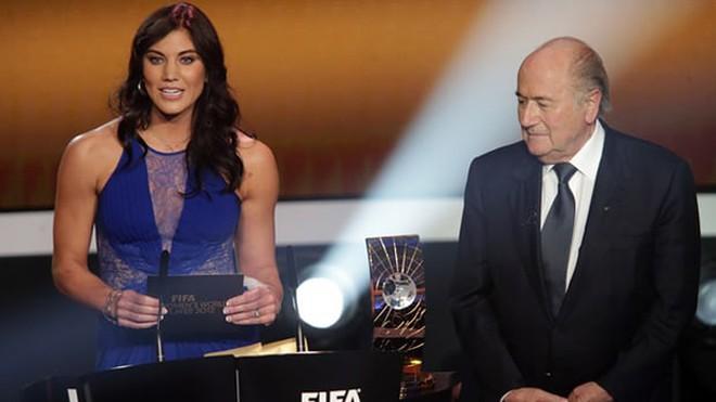 SỐC!!! Blatter bị tố quấy rối tình dục nữ cầu thủ tại lễ trao Quả Bóng Vàng - Ảnh 1.