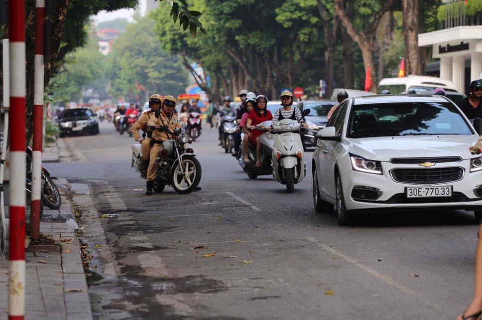 Tổng thống Mỹ Donald Trump đến Hà Nội, an ninh thắt chặt ở các tuyến phố trung tâm - Ảnh 2.