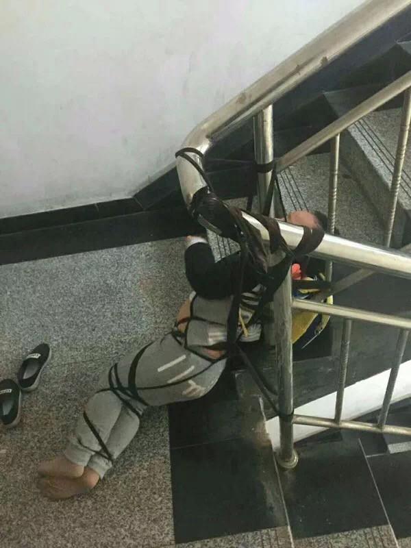Vợ trói con vào cầu thang làm áp lực đòi tiền chồng cũ, khiến đứa trẻ sợ hãi tới mất kiểm soát cơ thể - Ảnh 2.