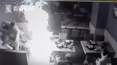 Ông bố dũng cảm lấy thân mình che cho con gái khỏi bị bỏng do bình ga tại nhà hàng lẩu phát nổ - Ảnh 1.