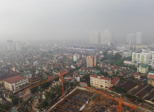 Sương mù dày đặc bao trùm toàn bộ TP Hà Nội, các phương tiện phải bật đèn chiếu sáng tránh va chạm - Ảnh 1.