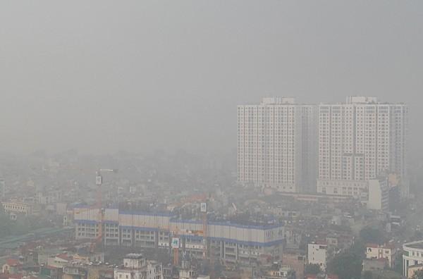 Sương mù dày đặc bao trùm toàn bộ TP Hà Nội, các phương tiện phải bật đèn chiếu sáng tránh va chạm - Ảnh 2.