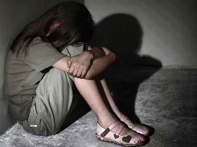 Ra tù sau 9 tháng về tội dâm ô trẻ em, cha dượng ngựa quen đường cũ hiếp dâm con gái riêng của vợ - Ảnh 1.