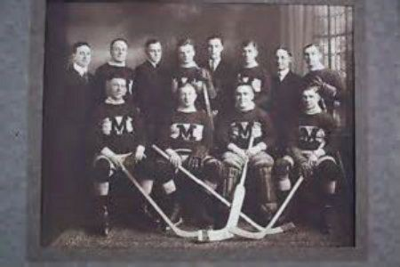 Nghi vấn đầu tiên được làm sáng tỏ, người đàn ông này có vẻ là một tuyển thủ hockey chăng?