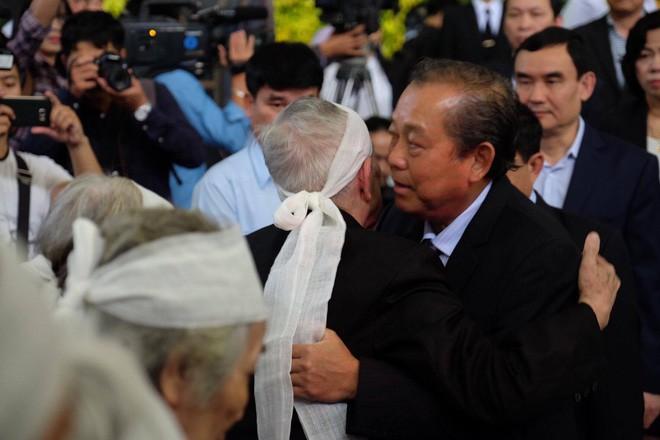 Người thân bật khóc bên linh cữu cụ bà Hoàng Thị Minh Hồ - người hiến hơn 5.000 lượng vàng cho nhà nước - Ảnh 11.