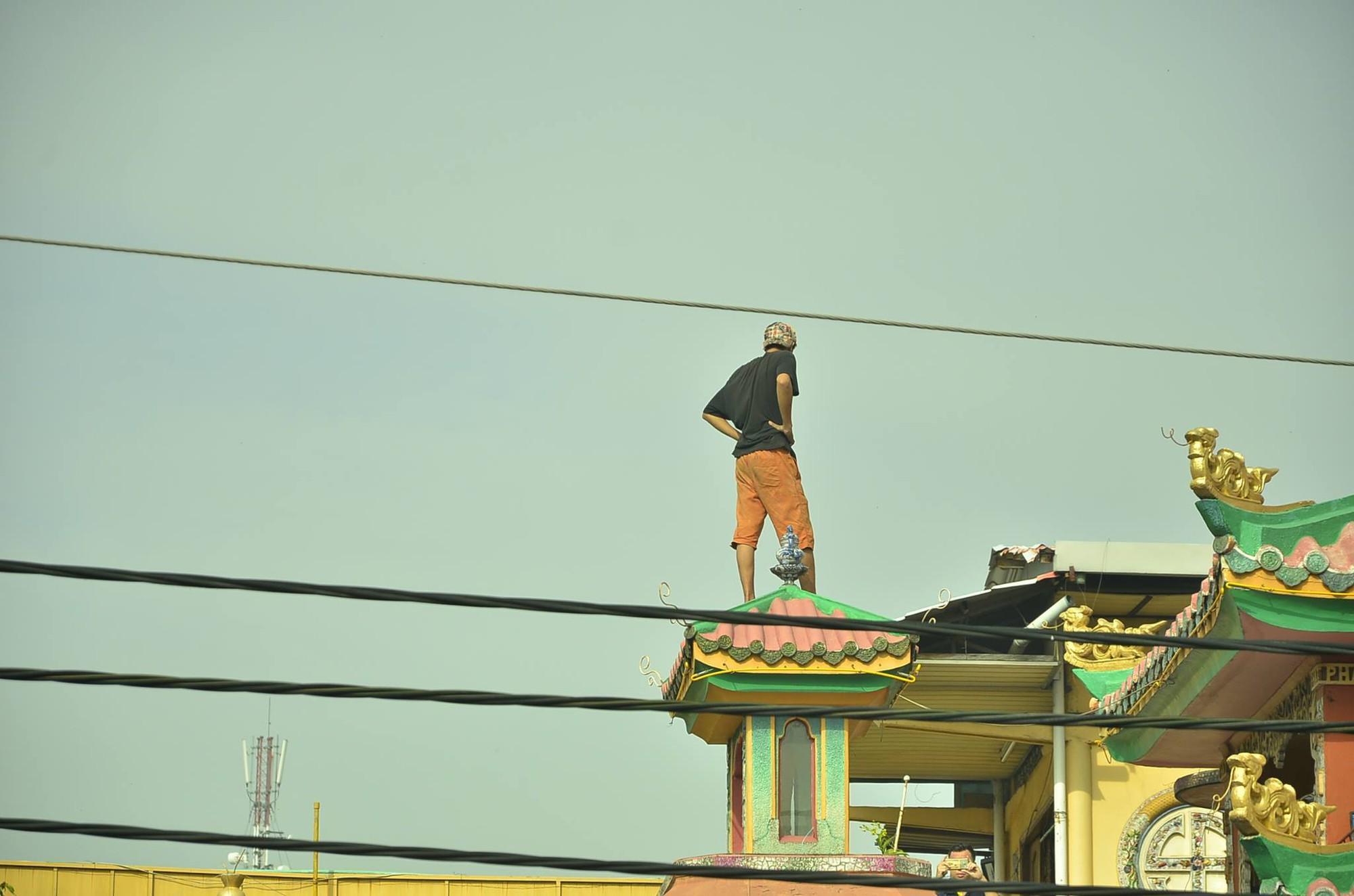 TP.HCM: Thanh niên có biểu hiện ngáo đá trèo lên nóc chùa An Phú la hét gây náo loạn khu phố - Ảnh 1.