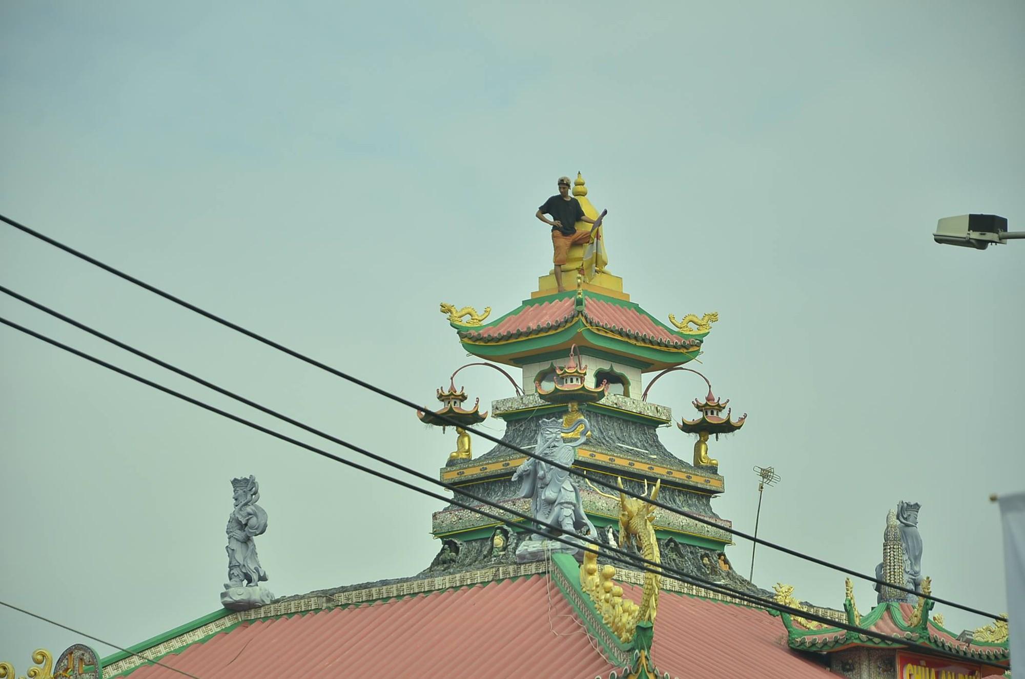 TP.HCM: Thanh niên có biểu hiện ngáo đá trèo lên nóc chùa An Phú la hét gây náo loạn khu phố - Ảnh 2.