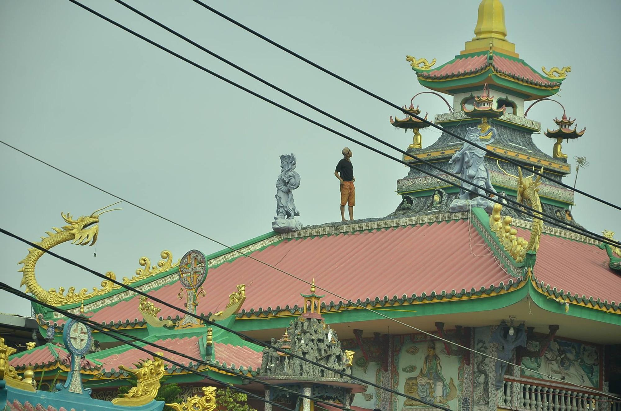 TP.HCM: Thanh niên có biểu hiện ngáo đá trèo lên nóc chùa An Phú la hét gây náo loạn khu phố - Ảnh 3.