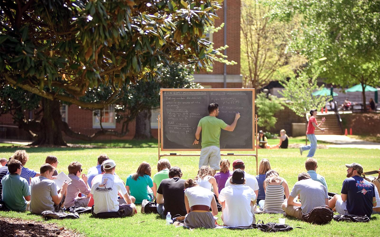 Đại học không chỉ là kiến thức và sách vở, hãy quan tâm cuộc sống bên ngoài lớp học nữa - Ảnh 1.