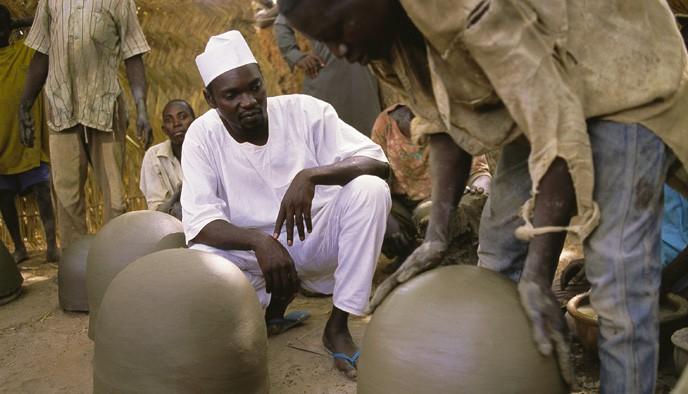 """Chiếc """"tủ lạnh"""" đặc biệt của giáo viên người Nigeria: Không cần cắm điện vẫn giữ thức ăn tươi ngon đến 27 ngày - Ảnh 1."""