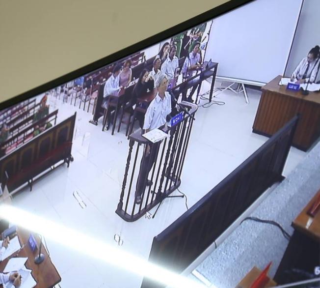 Tòa tuyên án 3 năm tù về tội Dâm ô đối với trẻ em, bị cáo 77 tuổi hét lớn: Tôi phản đối! - Ảnh 6.