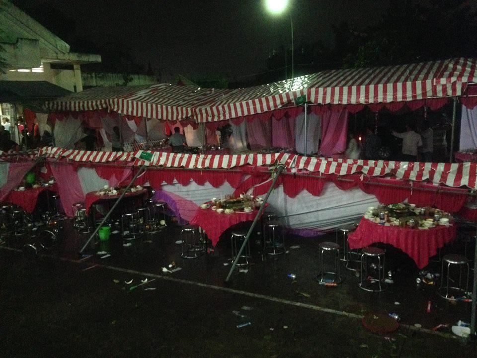 Rạp đám cưới đổ sập, đè lên các bàn tiệc - Ảnh: Facebook N.H.P