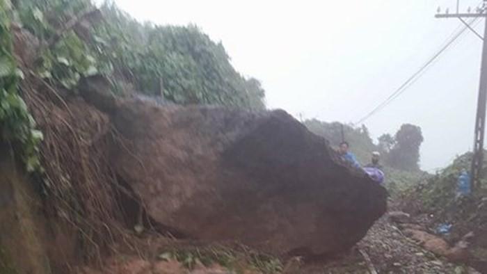 Khối đá nặng khoảng 10 tấn nằm chắn ngang đường sắt Bắc Nam - Ảnh 1.