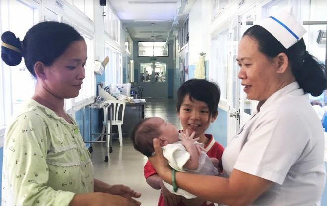 """Sản phụ Cà Mau bất ngờ trở lại đón con trai tại bệnh biện: """"Mất tích"""" vì lo kiếm tiền nuôi con - Ảnh 1."""
