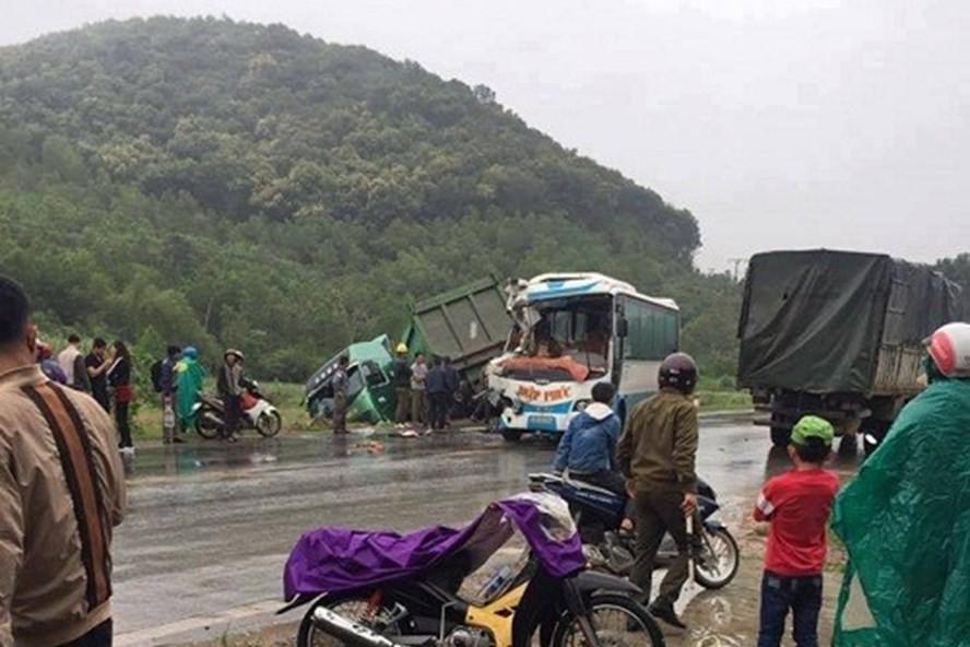 Xe khách nát bét đầu vì đối đầu xe tải, hành khách hoảng loạn - Ảnh 1.