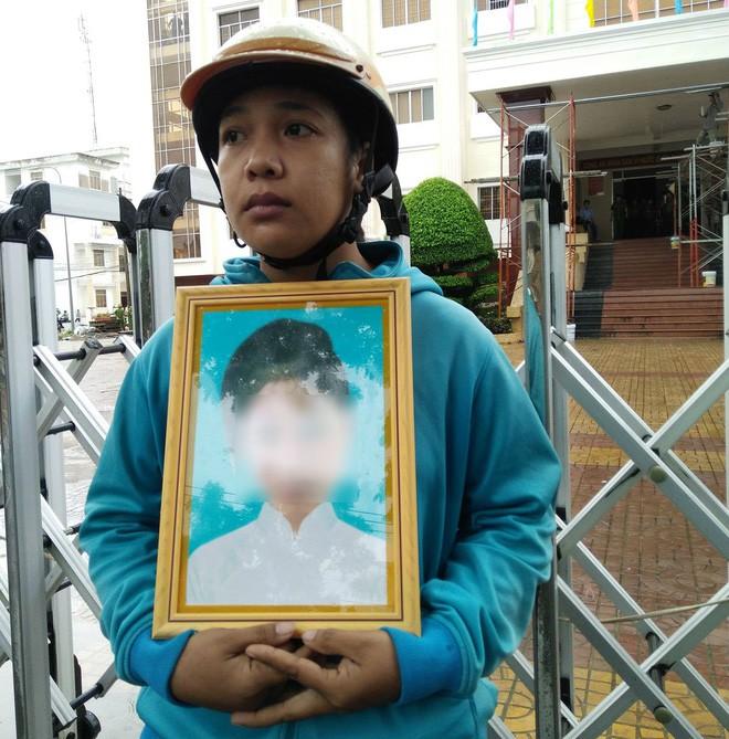 Vụ bé gái 13 tuổi Cà Mau uống thuốc tự tử nghi bị hàng xóm xâm hại: Đề nghị truy tố nghi can - Ảnh 2.