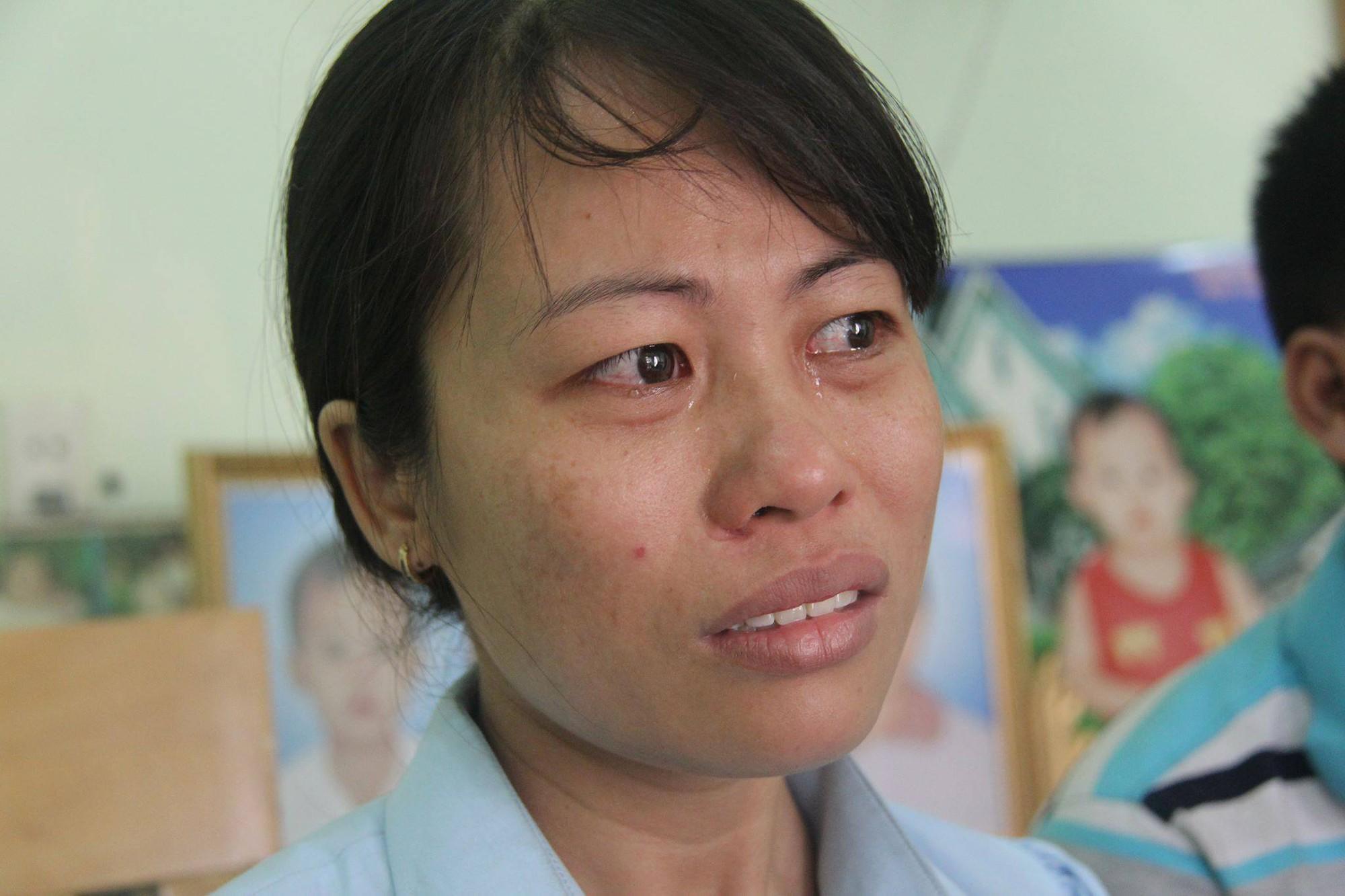 Người mẹ trẻ nói trong nước mắt.