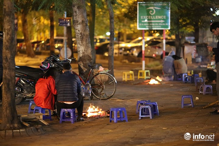 Nhiệt độ xuống thấp 11 độ C, người Hà Nội đốt lửa sưởi ấm - Ảnh 1.