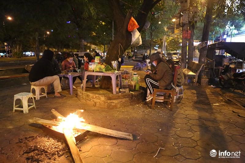 Nhiệt độ xuống thấp 11 độ C, người Hà Nội đốt lửa sưởi ấm - Ảnh 2.